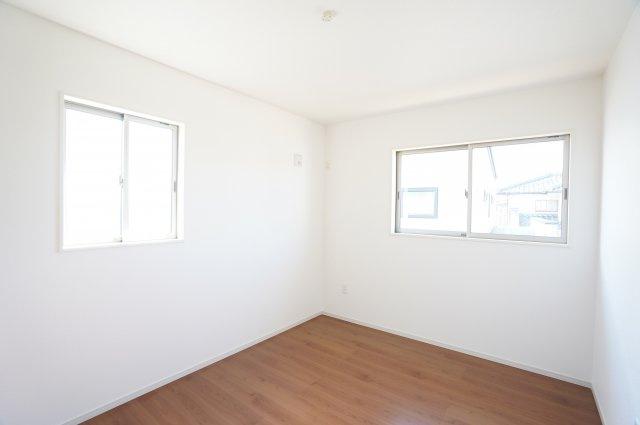 2階6帖 南向きの明るいお部屋です。WICがあるお部屋です。すっきりきれいに片付きますよ。