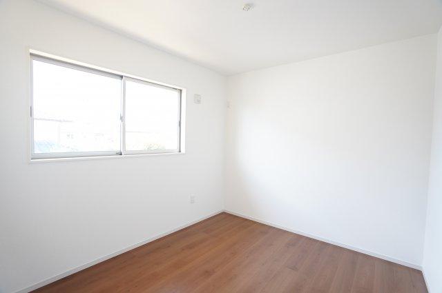 2階5.2帖 南向きの明るいお部屋です。