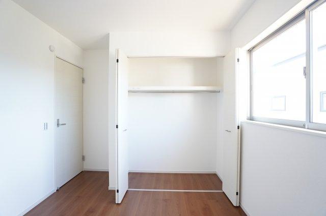 2階5.2帖 お洋服を掛けて下の空いたスペースを利用してバックや小物を置いて有効活用できます。