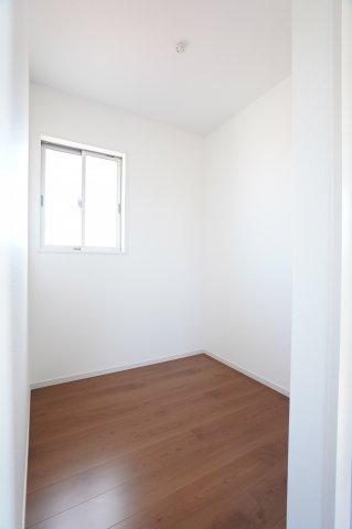 2階にあるフリースペースです。窓もありますのでテレワークルームとしてもいいですし、収納部屋としても使い方色々です。