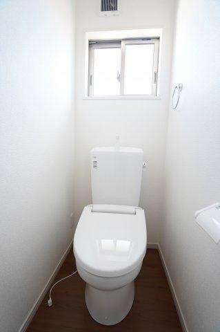 2階トイレ 窓もあるので換気ができます。