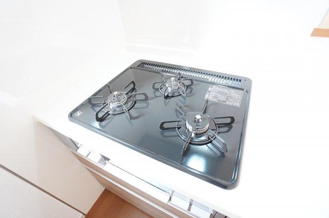 システムキッチンですっきり。3口コンロで同時にたくさんの料理が調理できます。お手入れもラクラクですよ。