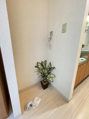 玄関脇にある室内洗濯機置き場です♪室内に置けるので洗濯機が傷みにくい☆