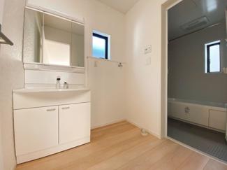 広さもさることながら窓の大きさも充分な洗面室は採光と湿気対策に役立ちます!白を基調とした洗面室なので清潔感もあり、気持ちよく毎日お使い頂けますね。
