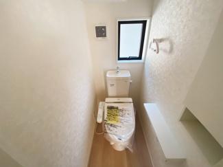 1、2階共に高機能トイレ採用しています。便利な壁面収納も設け、窓も完備なトイレ空間はいつも快適です