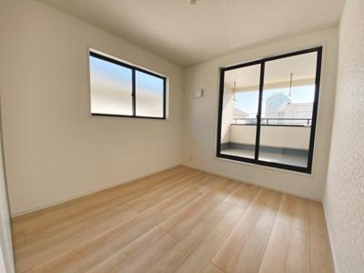バルコニーに面した明るい洋室に大切な衣類を収納できる大型クローゼット付!2面採光の為、全居室とても明るく風通りも良好です
