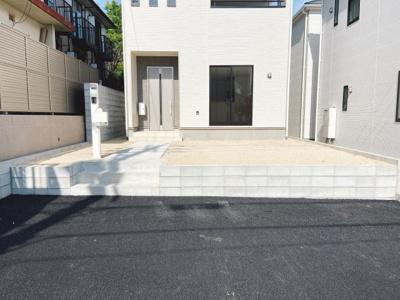並列駐車2台分悠々スペース確保!車の出し入れもしやすいです。