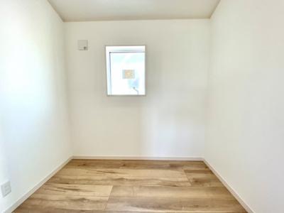 2階にあるフリースペースです。ワークルームや書斎、ファミリークロークとして様々に活用頂けます。2口コンセントがありますので電源も取れます。