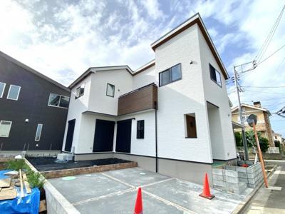 クリーンな印象のホワイトをベースとしたさわやか外観。立体感のある形が映える家になります。窓も多くて建物も良い表情となってます。