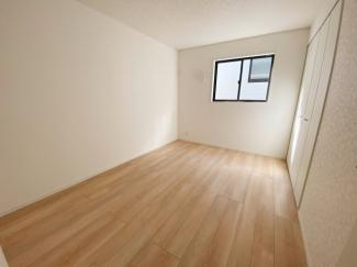 主寝室8帖。バルコニーに面した明るい洋室に大切な衣類を収納できる大型クローゼット付!2面採光の為、全居室とても明るく風通りも良好です