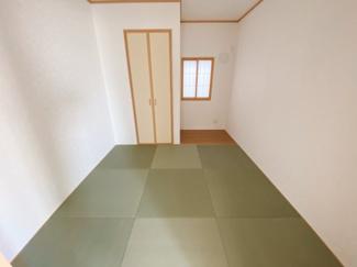リビングと繋がる畳式のお部屋は、お客様が遊びに来た時にも使え、ちょっと疲れた時にお昼寝できるのも嬉しいですね♪