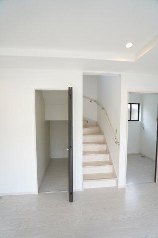 【同仕様施工例】リビング階段なので家族と顔を合わせる機会が増えます。