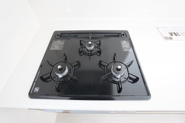 【同仕様施工例】システムキッチン 3口ガスコンロで同時に複数の調理ができます。
