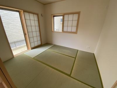 【同社施工事例写真】リビングと繋がる畳式のお部屋は、お客様が遊びに来た時にも使え、ちょっと疲れた時にお昼寝できるのも嬉しいですね♪