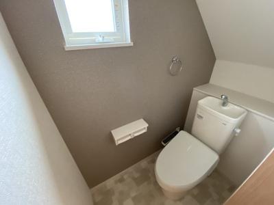 【同社施工事例写真】1、2階共に高機能トイレ採用しています。窓も完備なトイレ空間はいつも快適です