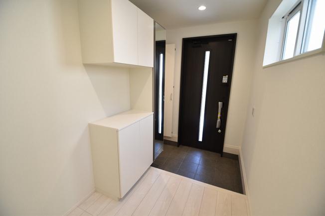 ゆったりとした明るい玄関にはシューズボックスを設置!
