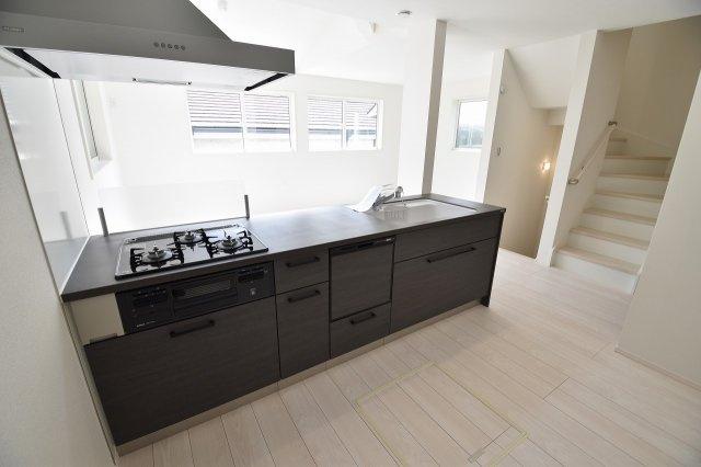 オープンキッチンでリビングダイニングを見渡せる気持ちのよいキッチンです!シンプルで洗練されたデザインのシステムキッチンは機能も充実!