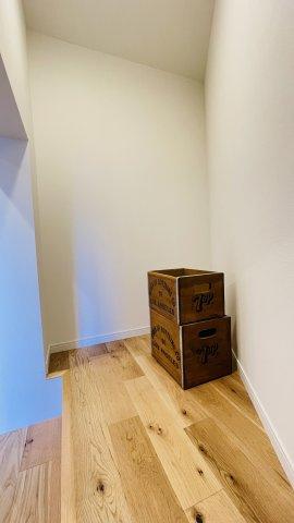 リビングスペース横にも収納スペースがあるので、掃除道具など生活感があるものをシャットアウト。お部屋をいつもキレイにしておけます