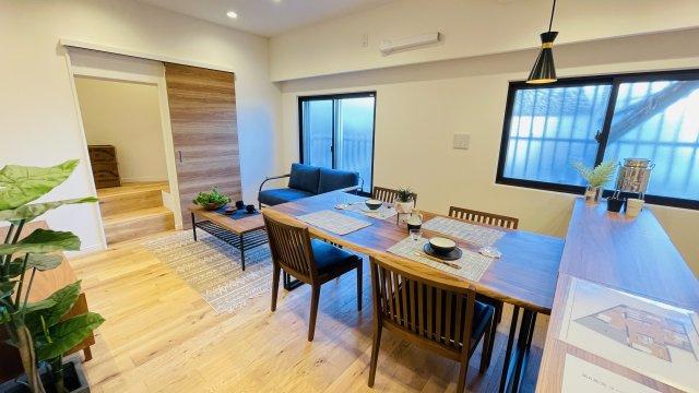 木目がお部屋をより温かみのある空間にしてくれます♪家具や植物を置くだけで一気にお部屋が映えます♪