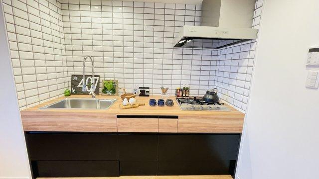システムキッチンや壁面タイルもインテリアになじむデザインをチョイスしました!