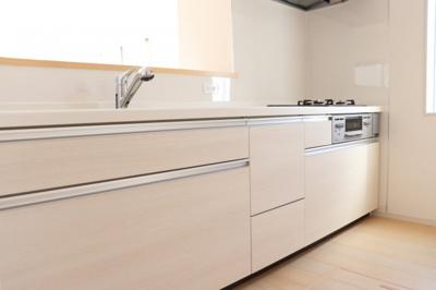 【同社施工事例写真】お料理しながらリビング・家族を見渡せる対面キッチン♪家族の会話もはずみます♪床下収納庫や通風・明かり採りに便利な窓も完備!