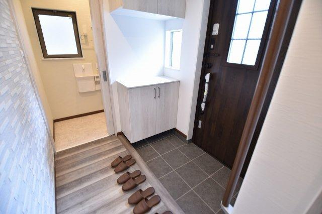 ゆったりとした広く、明るい玄関にはシューズボックスを設置!