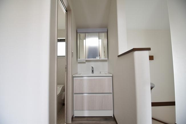 洗面台は吸水コーティング加工でくもり止めヒーター不要!電気代ゼロのくもり止めミラーです!内部収納もパナソニックならではの、小物家電も収納しやすいキャビネット!