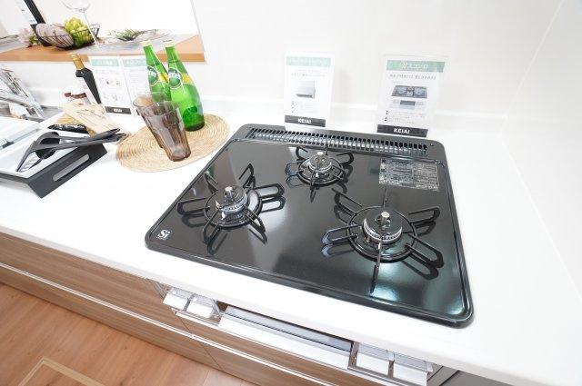 【同仕様施工例】システムキッチンです。3口ガスコンロで同時に複数のお料理ができます。