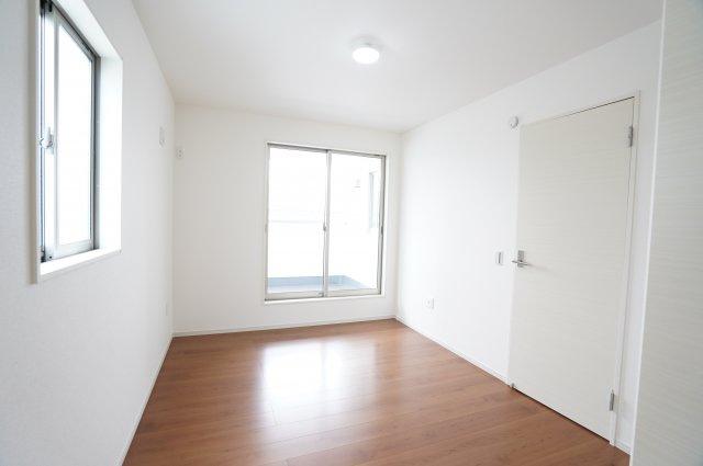 【同仕様施工例】2階廊下収納です。フロアモップなどの掃除用具を収納するの便利です。使いたいときにパッと取り出せます。