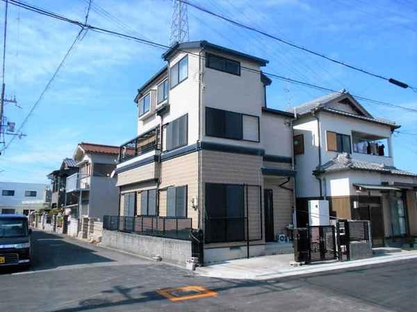 「外観写真」角地、平成8年建築の3階建てのお家です。