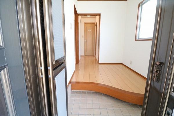 廊下の綺麗な曲線が目を惹く玄関です♪