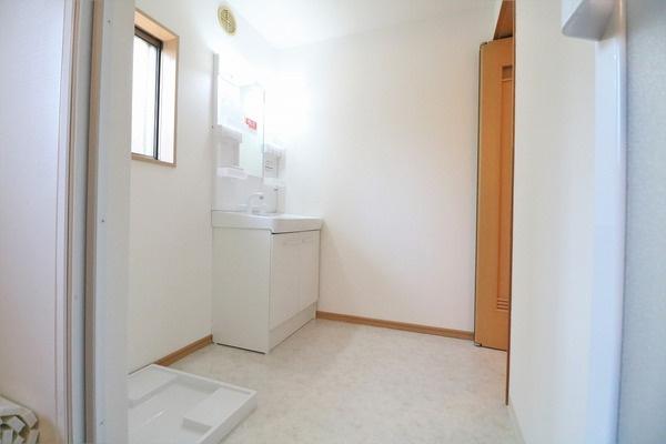 脱衣スペース広々の洗面所。2階にも洗面化粧台あります♪