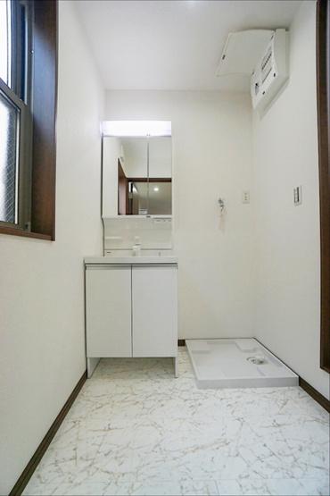 同仕様の玄関スペース、収納も豊富です。 ドアを開けた瞬間、明るい開放的な玄関が迎え入れてくれます!