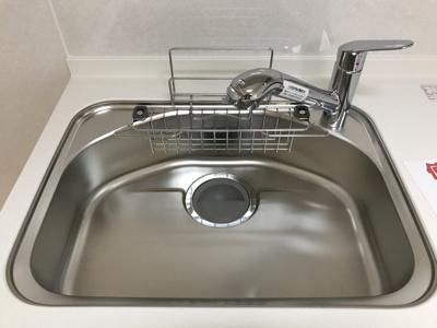 浄水器付きのシステムキッチン。大きめのシンクで洗い物がしやすいです♪
