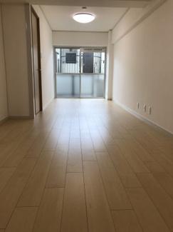 南向きの広いLDKは約13帖の広さ。陽当り良好で明るい室内です!縦長リビングで家具の配置がしやすい間取りです♪