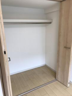 奥行きの広いクローゼット。上部に棚もあり、たくさん収納できるのが嬉しいですね♪
