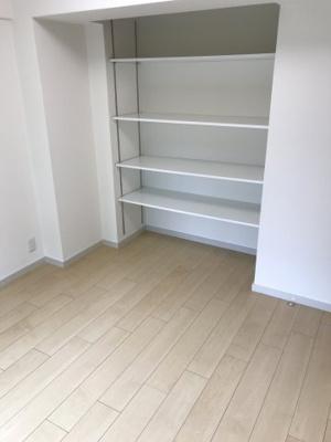 可動出来るオープン棚がある収納力豊富な洋室。全室に窓があるため、個室も明るいです!