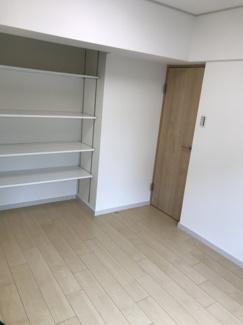 好きな位置に高さが変更できる可動式の収納棚。大容量で色んな荷物が収納できます!飾り棚として使うのも◎