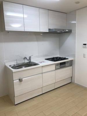 浄水器付きのシステムキッチン新調!どんな家具にも合わせやすいホワイトカラーです!吊戸棚もあって収納力もあります!