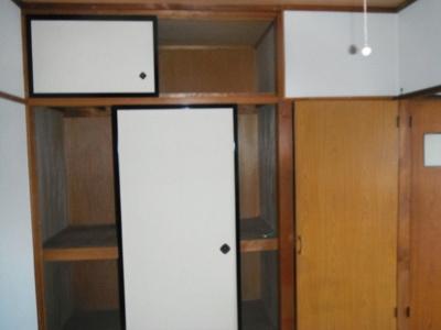 居間和室の押し入れ収納です。