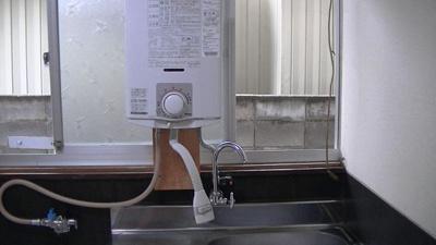 キッチンには、湯沸かし給湯器が付いています。