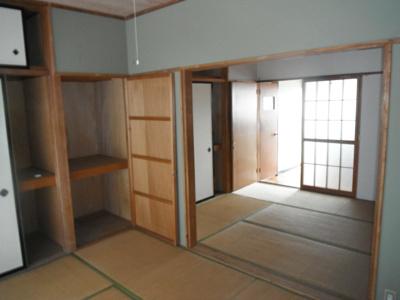 収納豊富な和室です。