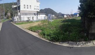 西からの現地写真です。道路はきれいに舗装されています。