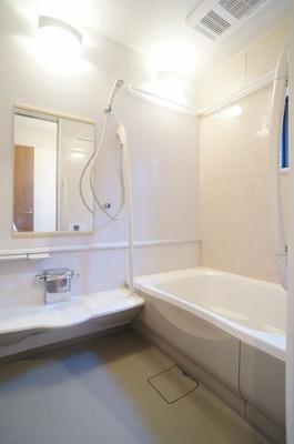 追い焚き機能・浴室暖房乾燥機&物干しバー付きバスルーム♪浴室には窓があるので湿気対策OK!ゆったりバスタイムでリラックス☆