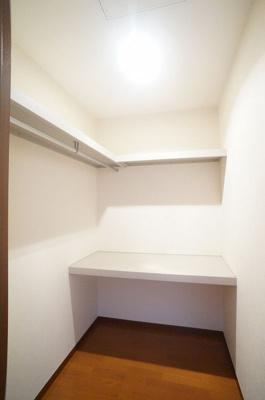 洋室8帖のお部屋にある1.8帖のウォークインクローゼットです♪たっぷり収納できてお洋服や荷物が多くてもお部屋すっきり☆