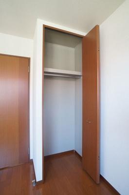 洋室6.4帖のお部屋にあるクローゼットです♪大切なお洋服もしわにならないようにハンガーがけができます☆※参考写真※