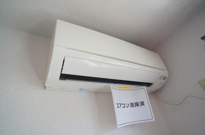 洋室8帖のお部屋には暑い夏や寒い冬に大活躍のエアコン付きです☆冷暖房完備で1年中快適に過ごせます♪※参考写真※