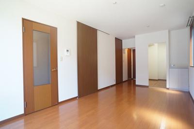 1階・13.3帖リビングダイニングキッチン、窓側からの眺めです☆椅子とテーブルを囲んで家族団欒の時間を過ごせます♪