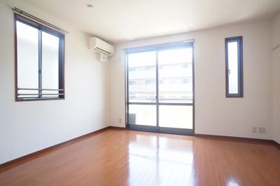 2階・バルコニーに繋がる南向き角部屋二面採光洋室8帖のお部屋です!エアコン付きで1年中快適に過ごせますね☆※参考写真※