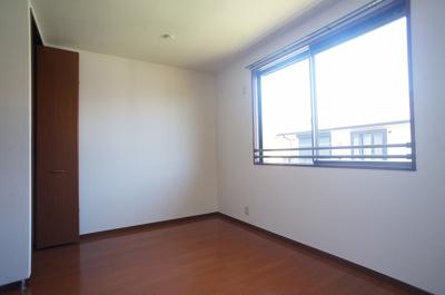 2階・角部屋二面採光洋室6.4帖のお部屋です!壁にはピクチャーレールがあり、絵や写真が飾れます☆ハンガー掛けとしても便利!クローゼットを完備しています◎